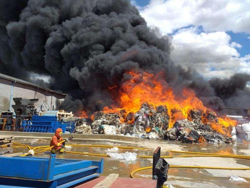Imagen del incendio cedida por el Consorcio provincial de Bomberos de Valencia. EFE