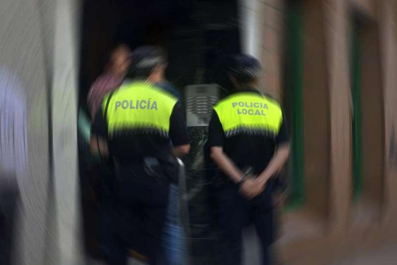 Imagen de archivo de dos agentes de la Policía Local. EFE/Eduardo Palomo/Archivo