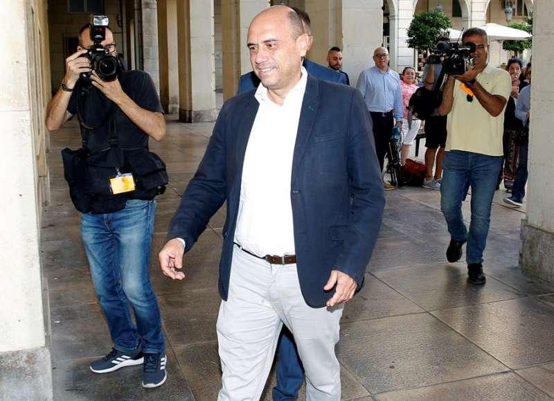 El exalcalde de Alicante Gabriel Echávarri llega a la Audiencia Provincial. EFE/Morell