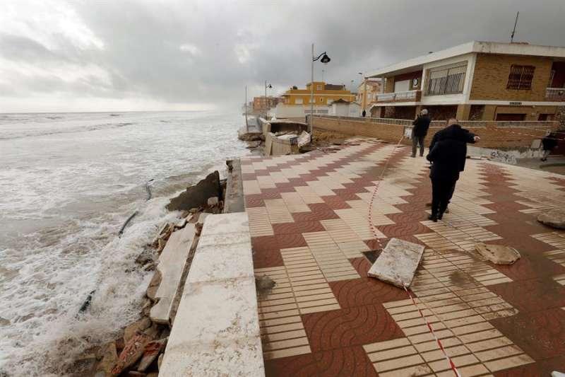 Destrozos causados estos días por la borrasca Gloria en el paseo marítimo del El Perelló (València). EFE/Juan Carlos Cárdenas