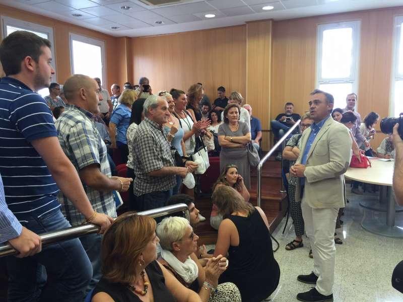 Santafosta dirigiéndose al público que ha acudido al pleno para agradecerles su apoyo. //EPDA