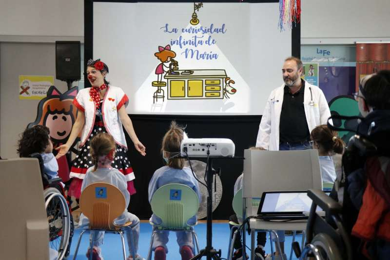 Actuación cuentacuentos en Hospital La Fe. -EPDA