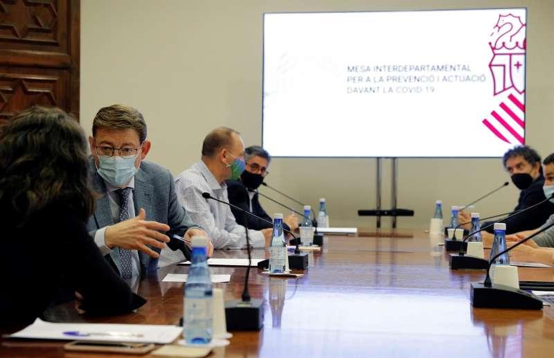 El president de la Generalitat, Ximo Puig (izqda), preside la reunión de la comisión Interdepartamental. EFE/Manuel Bruque