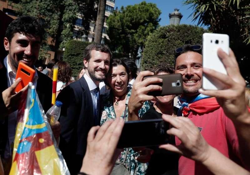 El presidente del PP, Pablo Casado, se hace fotos con los participantes de la procesión cívica del 9 d