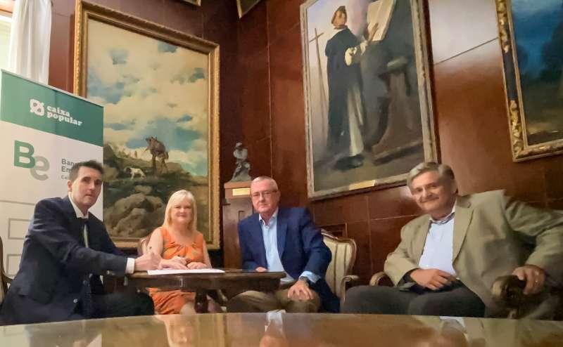 La presidenta del Ateneo Mercantil de Valencia, Carmen de Rosa, y el director de Banca Empresa de Caixa Popular, Juan Gallur. EPDA