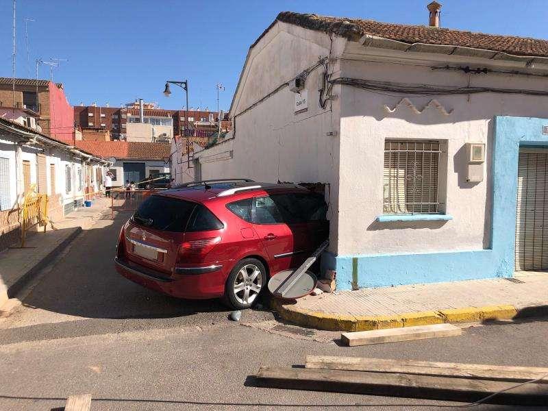 Estado en el que ha quedado la casa tras empotrarse un coche en su interior. EFE/Consorcio Bomberos Valencia