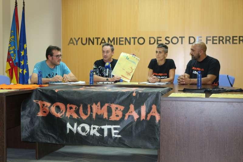 Representantes del ayuntamiento y Borumbaria en la presentación