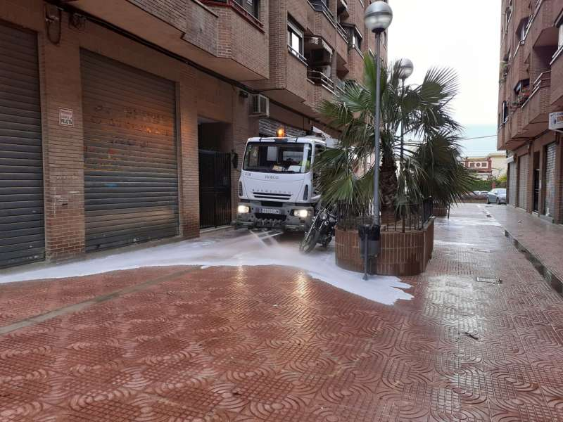 La cuba de baldeo desinfecta las calles. EPDA