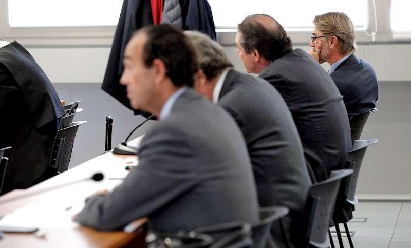 Pablo Broseta (dcha), sentado en el banquillo junto al resto de acusados. EFE/Manuel Bruque