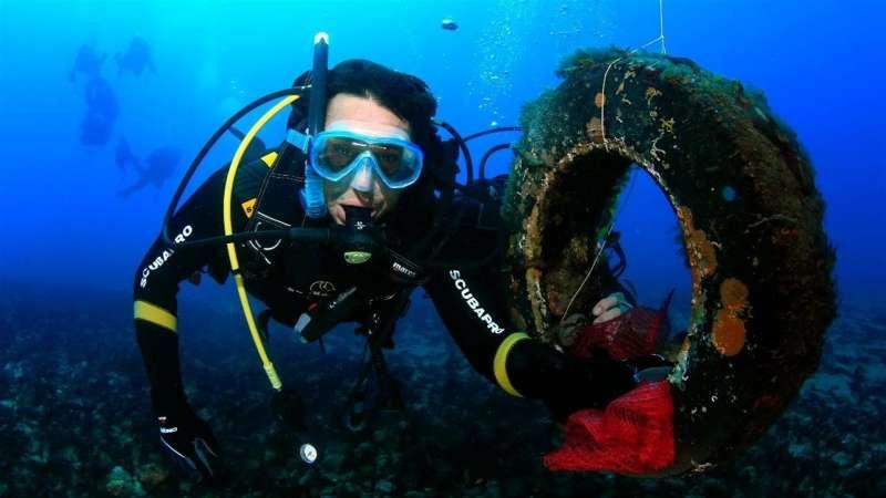Imagen facilitada por la Red de Vigilantes Marinos sobre la recogida de residuos en el mar