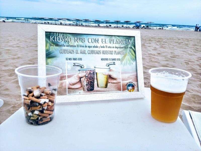 Imagen de un vaso con colillas y otro con cerveza facilitada por los promotores de la iniciativa.