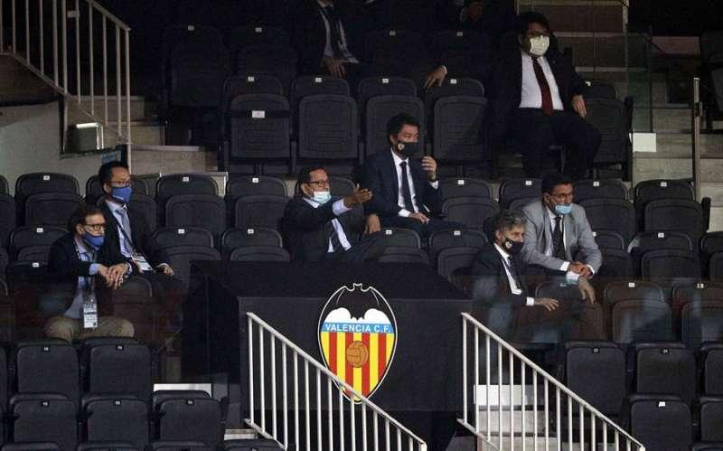 El presidente del Valencia CF, Anil Murthy (centro con mascarilla blanca). EFE