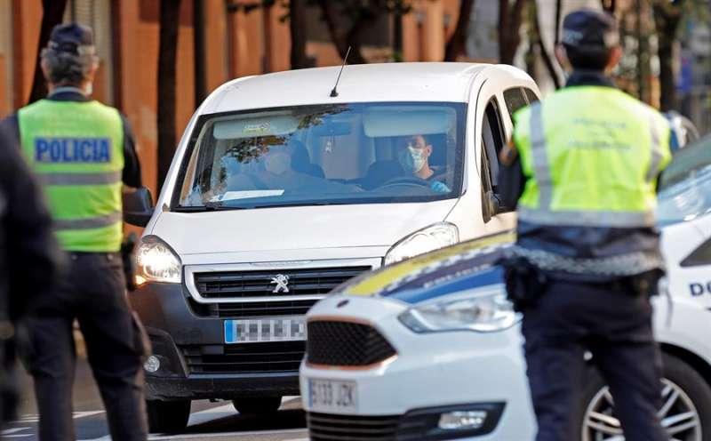 Agentes de la Policía, durante un control de mascarillas en Valencia. EFE