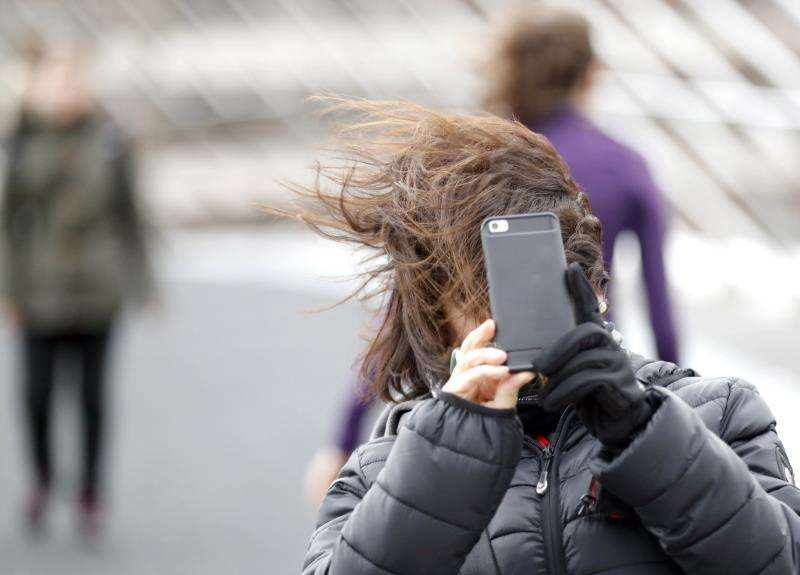 Una joven consulta su teléfono móvil. EFE/Archivo