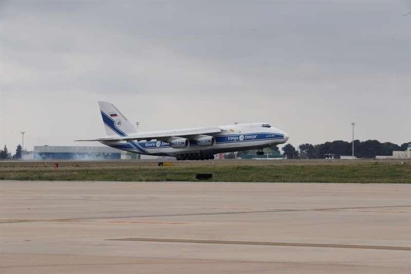 El avión con material sanitario comprado por la Generalitat en China que llegó el lunes a Valencia. EFE/Juan Carlos Cárdenas/Archivo