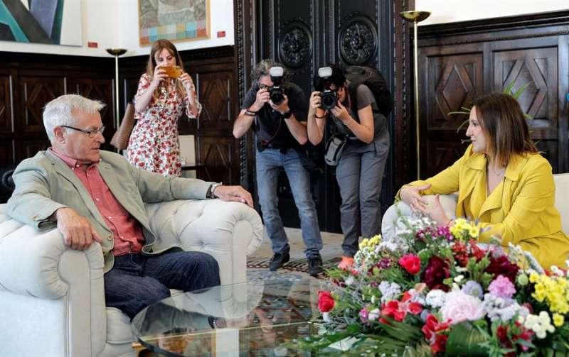 El alcalde de València, Joan Ribó, abre con la portavoz del PP en el Ayuntamiento, María José Català. EFE/ Manuel Bruque/Archivo