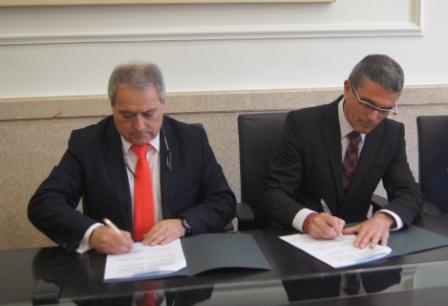 El presidente Rus y el alcalde Pedro J. Victoria firman el convenio. FOTO: DIVAL