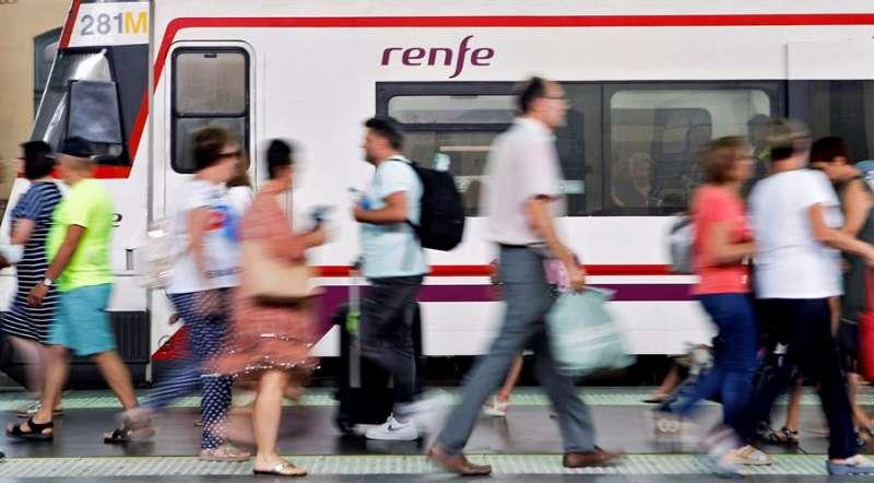Varias personas caminan por uno de los andenes de Cercanías de la estación del Norte de València. EFE/Ana Escobar/Archivo