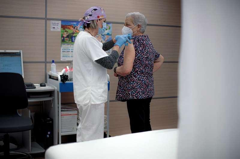 Una persona se vacuna contra el coronavirus en València. EFE/ Biel Aliño/Archivo