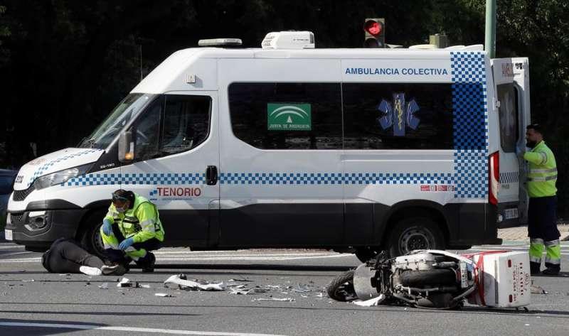 Personal de emergencia sanitaria atiende a un joven accidentado en una moto. EFE