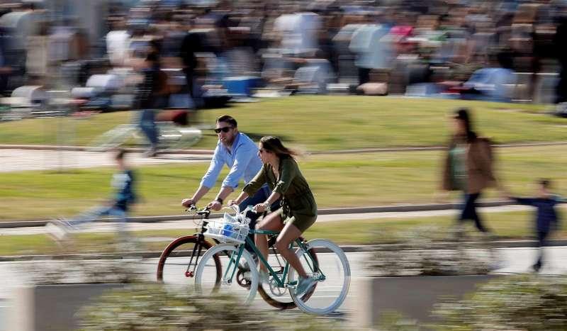 Una pareja pasea en bicicleta por la Marina Real e una imagen de archivo.