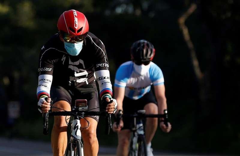 Dos ciclistas de paseo con mascarilla, en una de las imágenes que nos han dejado estos días. EFE/Miguel Ángel Polo