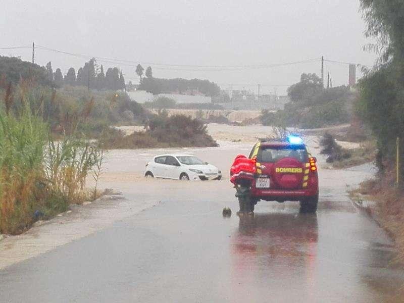 El vehículo que ha tenido que ser rescatado en Benicarló en una imagen facilitado por el consistorio de esta localidad. EFE