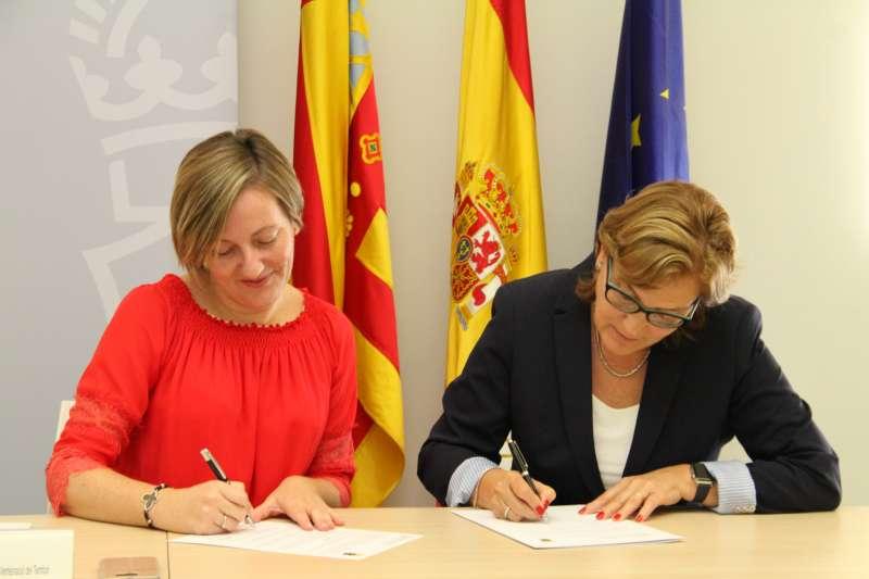 Firma del convenio con la consellera Mª José Salvador.