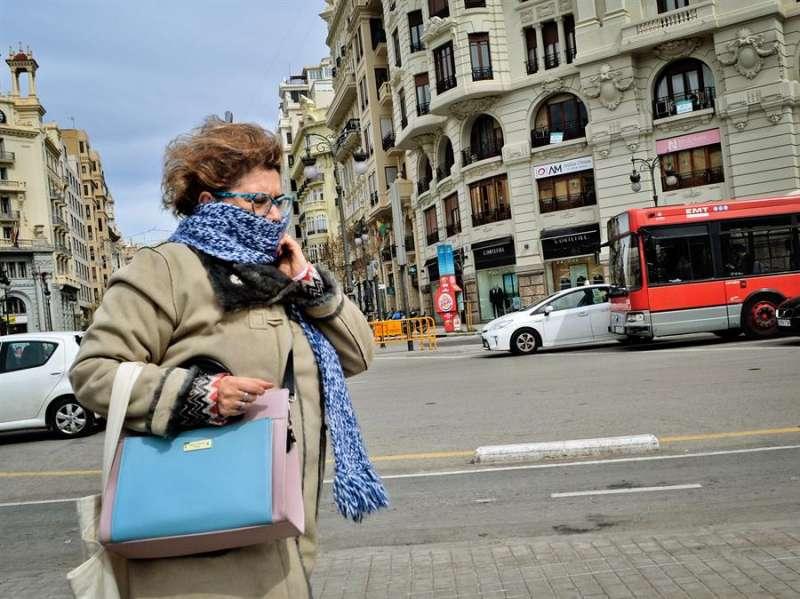 Una mujer se protege del frío en València en una imagen de archivo. EFE/Jose Villalgordo