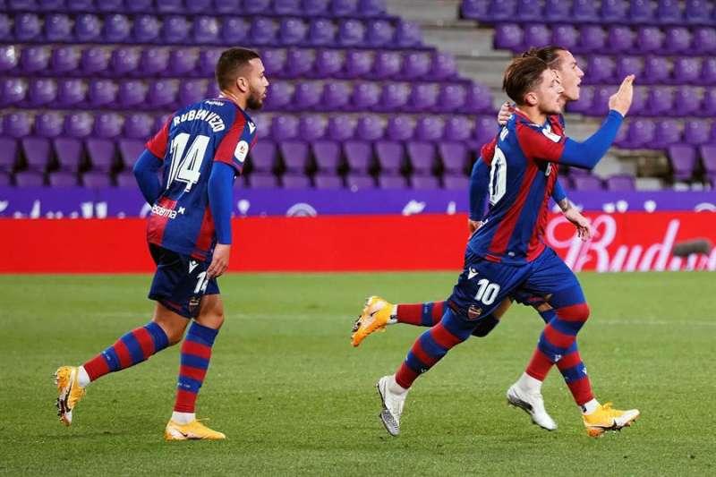 El centrocampista macedonio del Levante Enis Bardhi (d) celebra con sus compañeros tras marcar el 1-1 durante el encuentro correspondiente a los octavos de final de la Copa del Rey entre el Real Valladolid y el Levante UD, en el estadio José Zorrilla, en Valladolid. EFE/R.García.