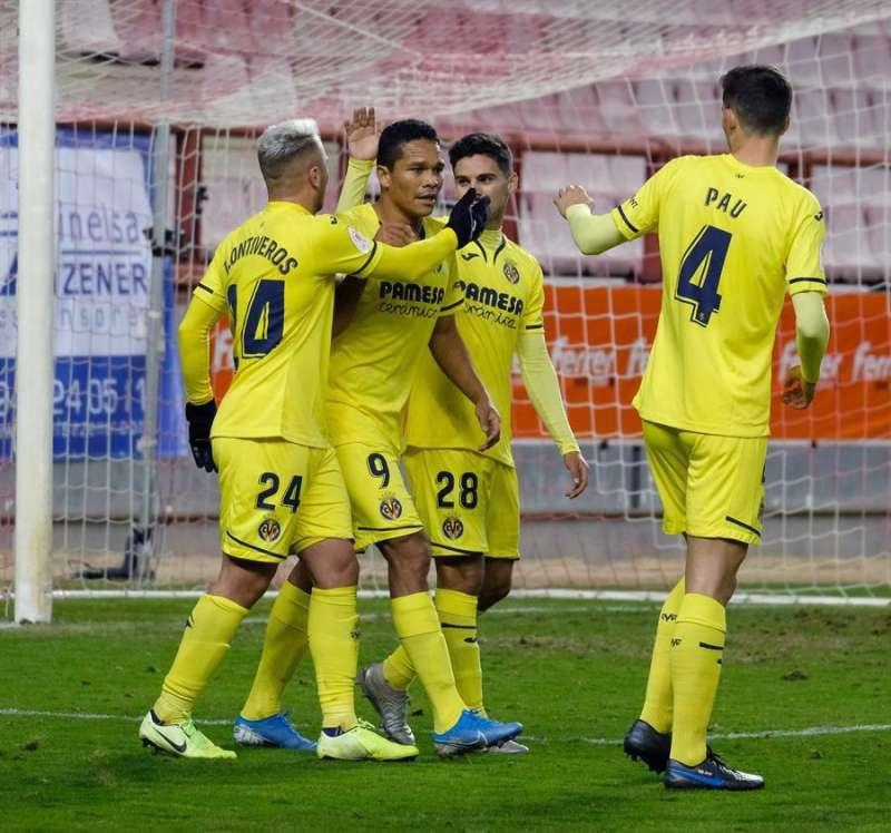 El delantero colombiano del Villarreal CF Carlos Bacca (2i) celebra un gol con sus compañeros. EFE/Archivo