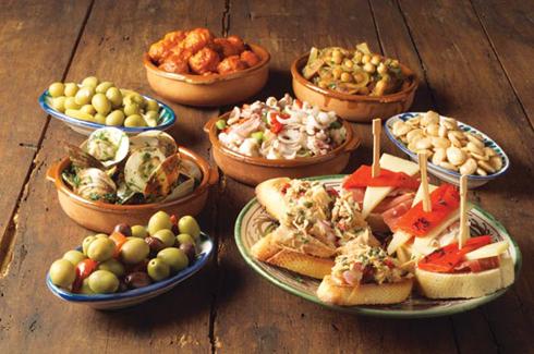 Piruleta de manivela ibérica, brochetas, pollo caramelizado, barqueta de champiñones y cebolla con queso brie, pastila, torpedos, crepe sorpresa... son algunas de las propuestas. FOTO: EPDA.