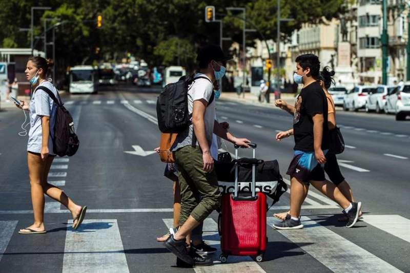 Varios turistas con maletas caminan por el centro de Málaga. EFE/ Jorge Zapata/Archivo