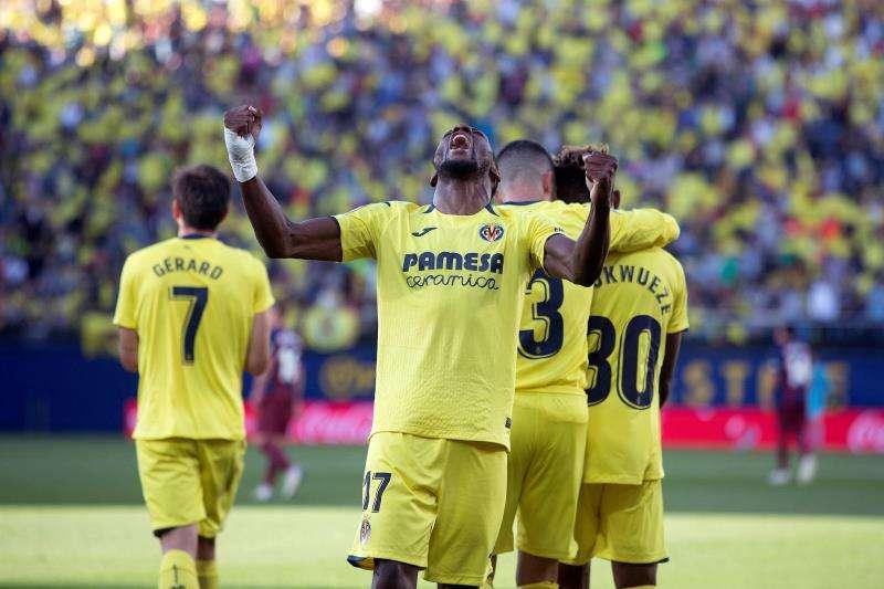 El delantero camerunés del Villarreal Toko Ekambi celebra tras marcar ante el Eibar. EFE