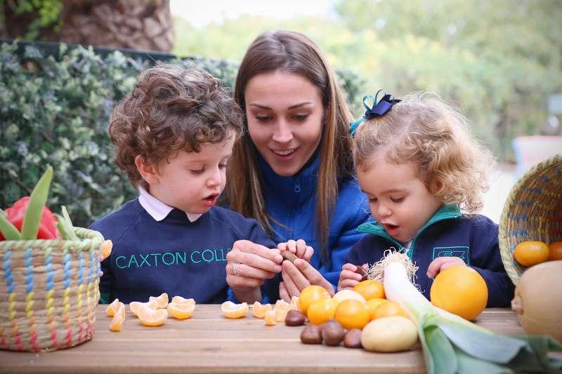 Alumnos de Infantil de Caxton College aprendiendo sobre alimentación saludable