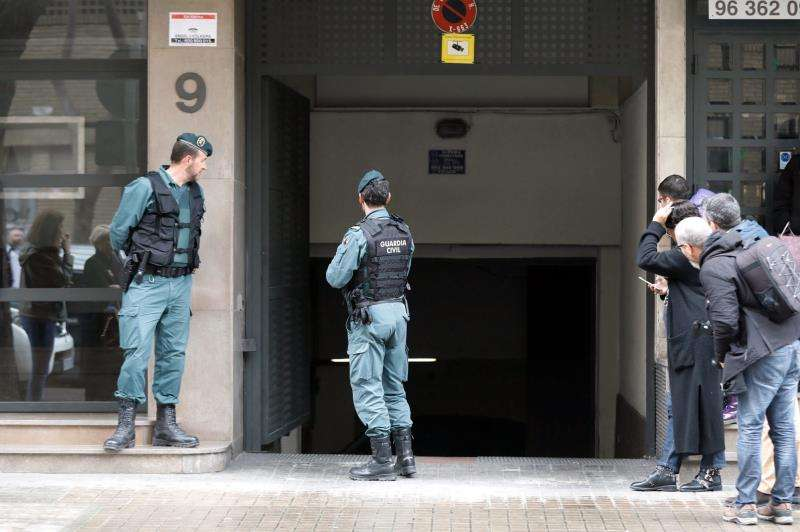Agentes de la Guardia Civil custodiando los accesos a su domicilio. EFE