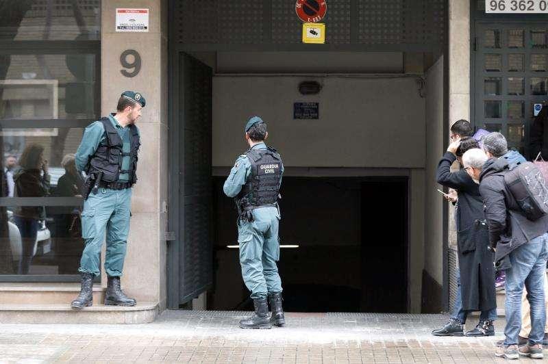 Agentes de la Guardia Civil custodiando los accesos a su domicilio. EFE