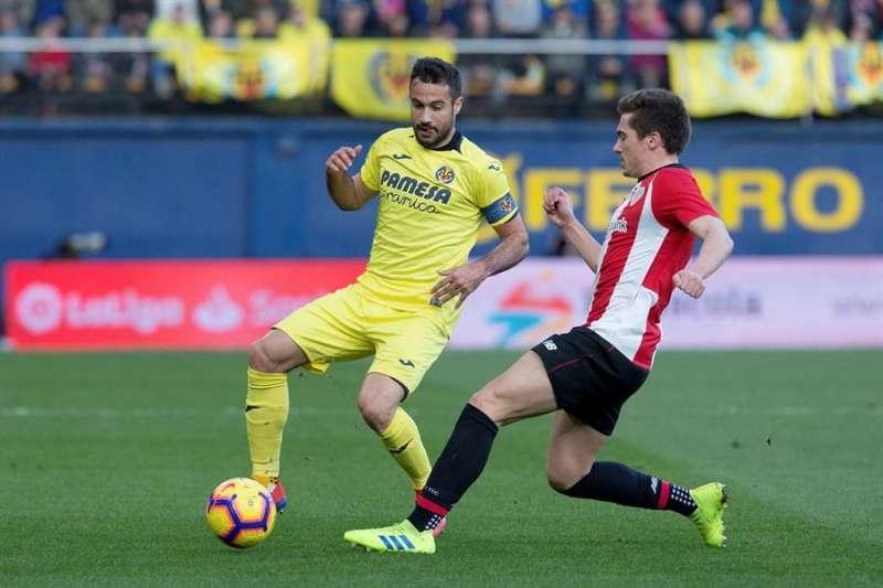 El defensa del Villarreal CF, Mario Gaspar (d), lucha por el balón con el centrocampista del Athletic de Bilbao, Iñigo Córdoba (d), en la pasada temporada. EFE/Archivo