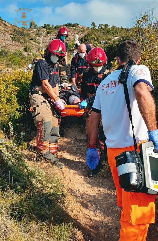 Momento del rescate del ciclista. EFE