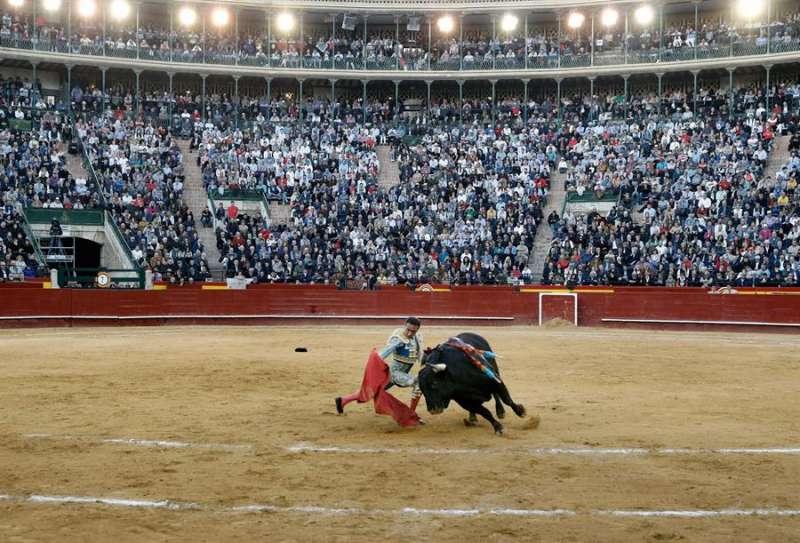 El torero Enrique Ponce durante la faena a su primer toro en la Feria de las Fallas del año pasado. EFE/ Juan Carlos Cárdenas