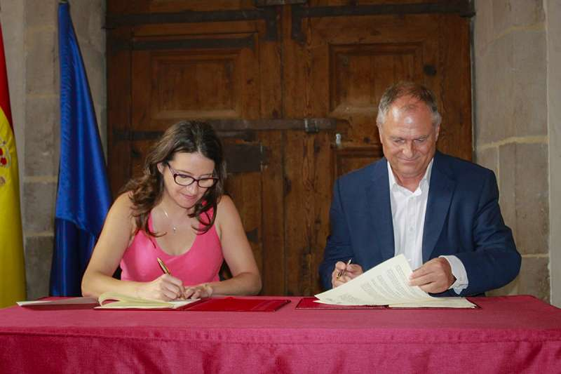 Firma de Mónica Oltra y Manolo Civera para la construcción de un Centro de Día en Llíria.