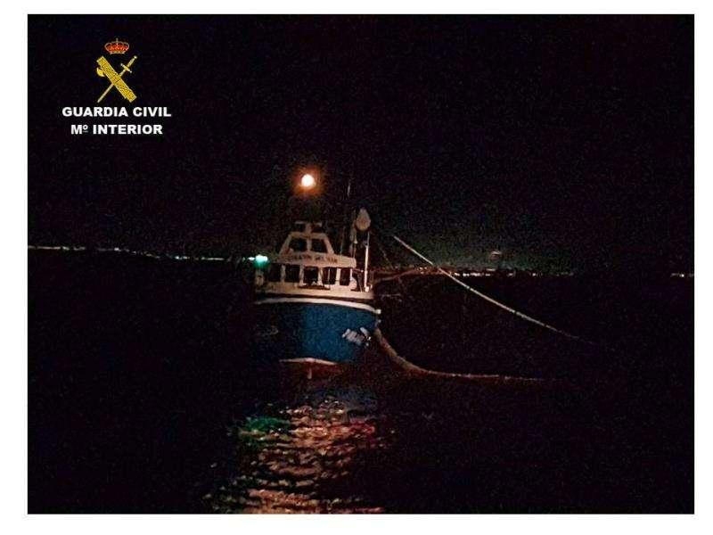 El barco intervenido por pescar en la reserva de la isla de Tabarca. EFE/Guardia Civil