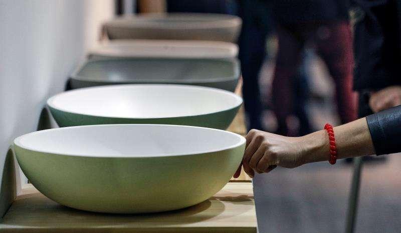 Una persona comprueba la textura de una pieza durante la trigésimo sexta edición de la feria internacional de cerámica y equipamiento de baño (Cevisama). EFE/Archivo