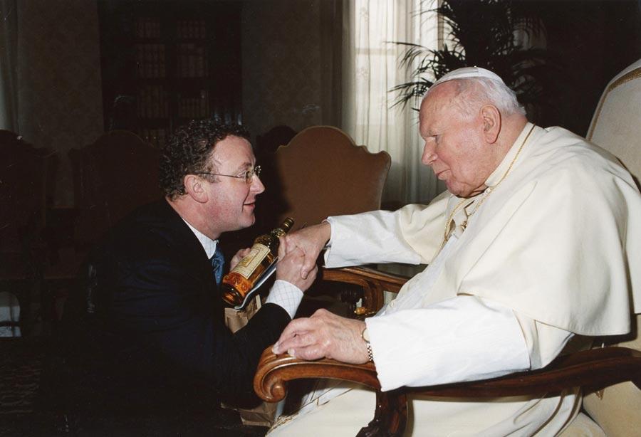 Salvador Murgui entregando un producto típico de Casinos al Papa Juan Pablo II. FOTO EPDA