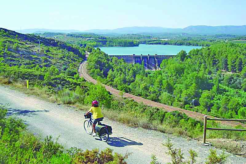 Una ciclista recorre uno de los senderos naturales de la comarca. EPDA