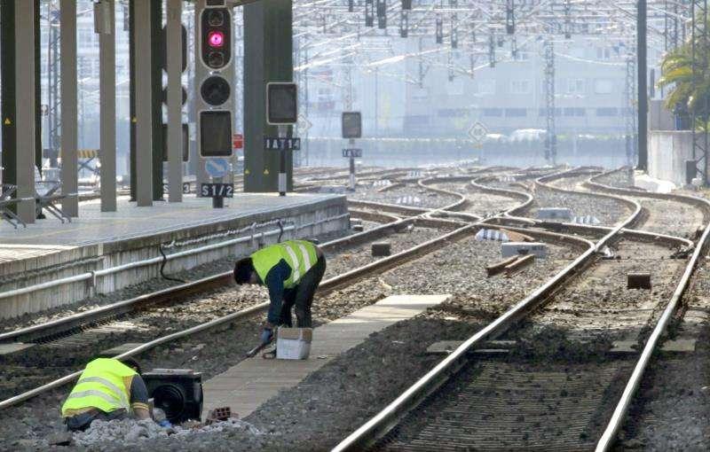 Dos operarios realizan trabajos de mantenimiento en las vías. EFE/Archivo