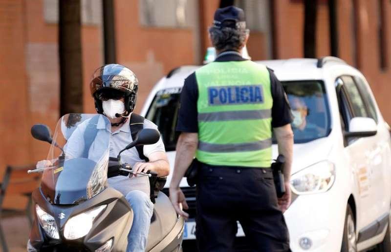 La Policia Local de Valencia durante un control. EFE