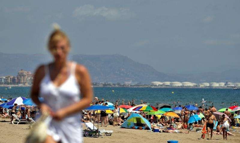 Imagen de la playa de Las Arenas de Valéncia llena de bañistas, en una imagen reciente. EFE