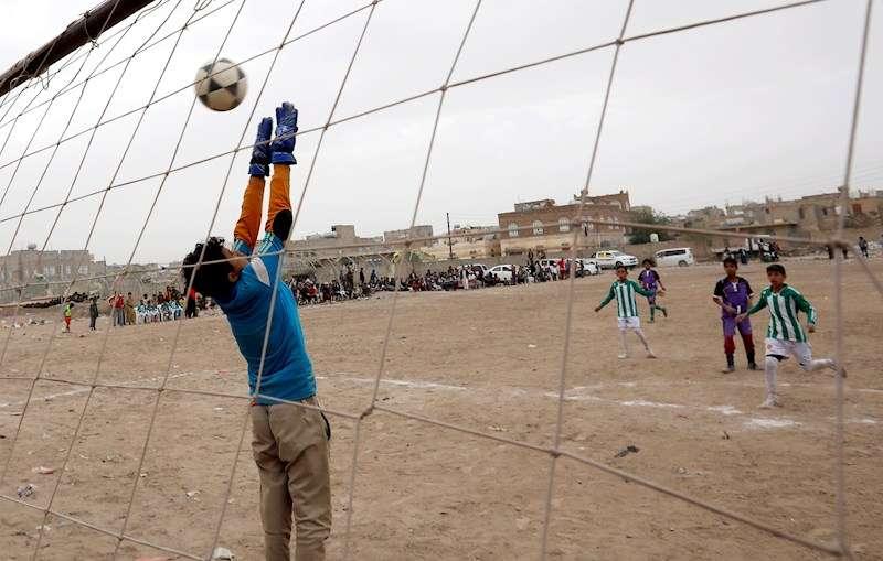 Varios jóvenes jugando al fútbol. EFE/Archivo