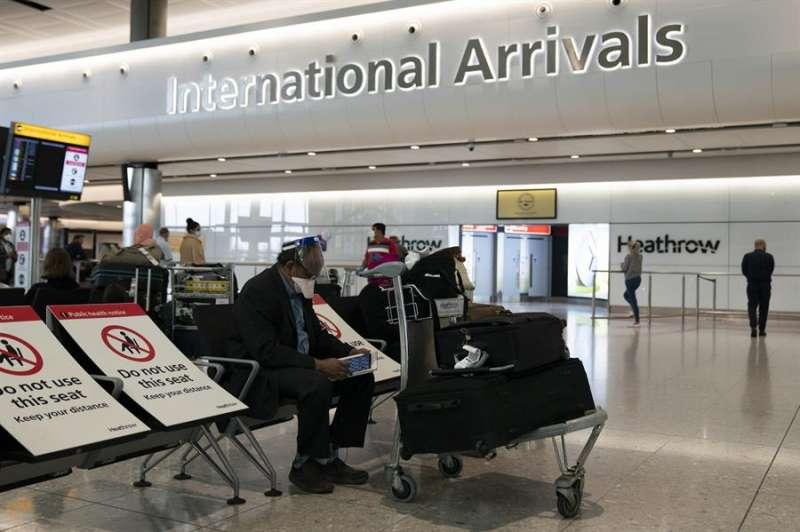 Pasajeros en la terminal de llegadas del aeropuerto londinense de Heathrow. EFE/EPA/WILL OLIVER/Archivo